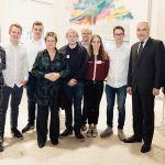 NRW-Schulministerin Sylvia Löhrmann mit den Schülern des Selmer Gymnasiums bei der genossenschaftlichen Schülerfirmenmesse.