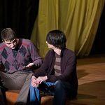 Moritz Stiefel (Nils Bauer) fragt seinen Freund Melchior Gabor (Daniel Brudniewicz) um Rat. Wie und warum kommen Kinder auf die Welt? Melchior will ein Aufklärungsheft schreiben.
