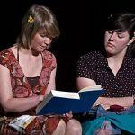 """Thea und ihre Freundin (Charlotte Seier) lesen in einem alten Ehebuch. Eine Erklärung für """"sinnlicher Genuss"""" findet sich darin nicht."""