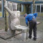 Die 11er arbeiten fleißig an ihren Betonfiguren auf dem Oberstufenschulhof. Heute wird noch gemeißelt und abgespritzt. Die Figuren sollen auch noch Farbe erhalten.