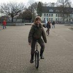 In der Einradtruppe gibt es auch bereits fortgeschrittene Schülerinnen. Auf dem Schulhof wird fleißig geübt.