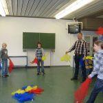 Wer jonglieren lernen will muss erst langsam mit Tüchern anfangen. Dabei helfen kleine Tricks. Das Motto der Stunde lautet: Werfen – Werfen, Fangen – Fangen.