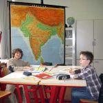 Das Länderprojekt von Herrn Schulte bearbeitet die ganze Welt. Die Gruppe für das Land Indien ist gerade dabei sich die geographische Lage des Landes näher anzuschauen. Außerdem arbeiten andere Schüler der Gruppe am PC um weitere Informationen einzuholen.