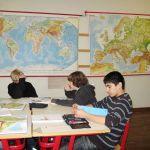 Auch das Land Chile fand bei den Schülern besondere Bedeutung. Die Weltkarten im Hintergrund und die Atlanten auf dem Tisch bieten den Schülern verschiedene Möglichkeiten sich Infos über das Land zu beschaffen.