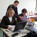 Voll konzentriert arbeitet das Abizeitungsteam der Stufe 13. Hier scannen (v. links) Florian Kurpicz, Marcel Schneider und Dominik Nieß Kinderfotos von allen Mitschülerinnen und Mitschülern ein.