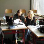 Auch Kerstin Heitmann und Maj-Kristina Hellmuth sind mit großem Einsatz bei der Sache, damit die Abizeitung ein Erfolg wird. Ihre Aufgabe ist es die Stufenechos zu sortieren.