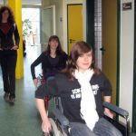 """Hier das Projekt """"Behindert"""". Unter der Leitung von Franziska Reith durften diese Schülerinnen erfahren, was es für ein Gefühl ist im Rollstuhl zu sitzen."""