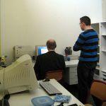 Auf dem Foto sind Alexander Krusch und Herr Weiß zu sehen, die gerade die PCs der Schülerzeitung auf den neusten Stand bringen.