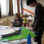 """Aber die """"Verwüstung"""" hat sich gelohnt. Hier sieht man zwei Schüler gerade beim Bauen einer mittelalterlichen Festung."""