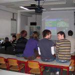 """Die Projektleitung gibt gerade Tipps und Tricks für das Strategiespiel """"Mariokart""""."""