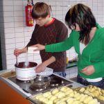 Heute wird für den besonderen Anlass gekocht. Unter anderem gibt es Rosmarinkartoffeln und Ofentomatensuppe - *lecker*.
