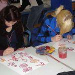 Zur farblichen Gestaltung der Plastiken auf dem Oberstufenschulhof entwerfen die Schülerinnen und Schüler Bilder, die aus kleinen Mustern und Verzierungen bestehen.