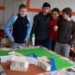 """Projekt """"Festungsbaukunst"""": Zusammen mit Projektleiter Detlev Arndt beschäftigen sich die Schüler mit dem Bau von Festungsmodellen…"""