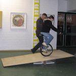 Heute trauen sich beim Einradfahren die ersten Schüler auf eine Rampe...