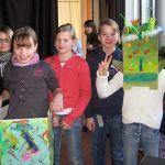 Die Schülerinnen aus den 5. Klassen stellen ein Kostüm für das Streitmonster des Musicals her. Für das Foto wurde hier extra die Monstermaske (rechts) und der bunte Körper des Monsters (links) anprobiert.
