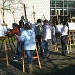 Die Künstler haben ihre Staffeleien heute an einem sonnigen Plätzchen auf dem Oberstufenschulhof aufgestellt.