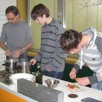 Im Kochteam gibt es heute ein Essen für Sportler. Dazu schwingt der Chef des Hauses persönlich den Kochlöffel. Schulleiter Ulrich Walter kocht mit den Schülern hier Nudeln auf mexikanische Art.
