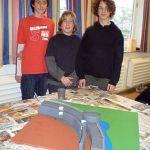 Die Schüler haben sich in vier Gruppen aufgeteilt und basteln an vier verschiedenen Teilen einer Festung. Auf diesem hier fehlen noch die Türme und ein Haus, welche noch hergestellt werden.