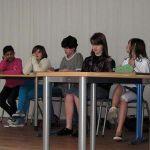 Die Schülerinnen und Schüler des Theaterprojekts sind hier noch eifrig beim Proben für die Aufführung am Nachmittag.