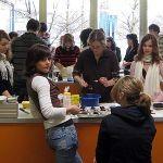 Kochwettbewerb: Die Schülerinnen und Schüler kochen in kleinen Gruppen. Wer kocht wohl besser, die Schülerinnen und Schüler oder Mc Donalds?