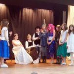 Bunt wurde es heute bei der Generalprobe des Märchen- und Theaterprojektes – denn auch mit ihren Kostümen wollen die Schülerinnen und Schüler die Zuschauer bei ihrer Premiere bezaubern.