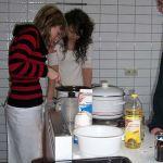 Ein letztes Mal schauten die Teilnehmer des Kochprojektes tief in den Kochtopf, um ihr Essen zu begutachten.